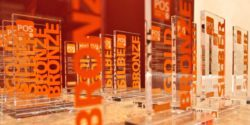 Foto: Mehrere Awards aus Glas; copyright: POS Marketing Association e.V.