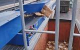 Dichte Briketten fallen in den Container rein