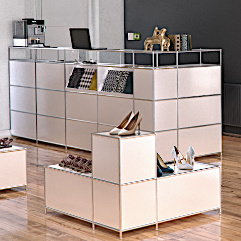 Ladenfläche mit System4-Möbeln: Detailansicht.
