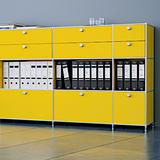 Gelbes System4-Möbel.